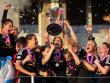 Frankfurts Kerstin Garefrekes (M) h�lt den Champions-League-Pokal hoch.