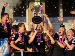 Frankfurts Kerstin Garefrekes (M) hält den Champions-League-Pokal hoch.