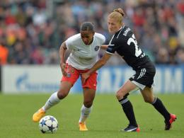 PSG-Stürmerin Delie (li., hier gegen Frankfurts Schmidt) erzielte das zwischenzeitliche 1:1.