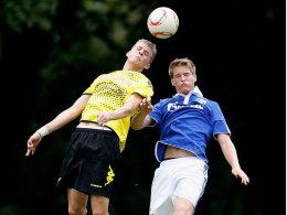 Marvin Ducksch (Dortmund / li.) und Sascha Walter (Schalke)
