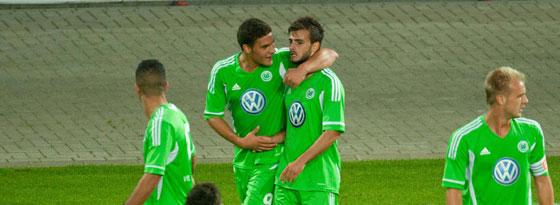 Wolfsburgs Millemaci und Güleryüz beim Torjubel