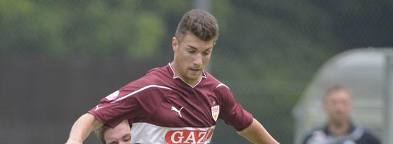 Timo Cecen (U 19, VfB Stuttgart) im Zweikampf