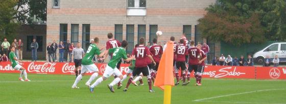 Gleich klingelt's: Civelek trifft per Freistoß für Fürth in Nürnberg.