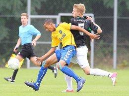 Karlsruhes Demarveay Sheron (li.) gegen Fürths Stefan Maderer.