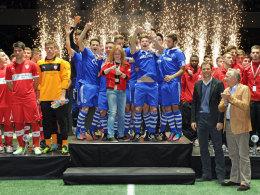 Schalke jubelt, rechts Schirmherr Oliver Bierhoff