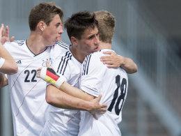 Freude über das 1:0: Fabian Schnellhardt bedankt sich bei Vorbereiter Timo Werner.