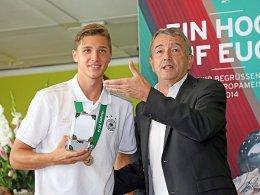 Niklas Stark mit DFB-Pr�sident Wolfgang Niersbach