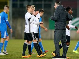 Glückwunsch von Trainer Meikel Schönweitz: Doppeltorschütze Jano Baxmann.