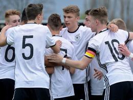 Die deutsche U 16 feiert den ersten Treffer gegen Italien.