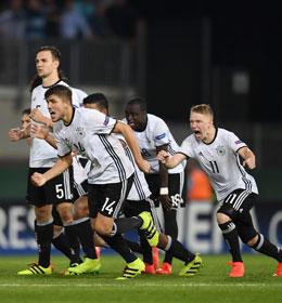 Auf nach S�dkorea: Die DFB-Junioren nach dem gewonnenen Elfmeterschie�en.