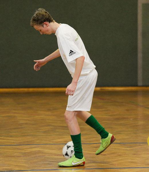 In der Ausgangsstellung eines Rechtsfußes ist das linke Bein das Standbein. Zu Beginn liegt der Ball vor dem rechten Fuß.