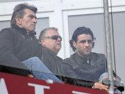 Am Sonntag bereits auf der Tribüne, nun auf dem Trainingsplatz: Klaus Augenthaler (l., mit Schatzmeister Anton Schrobenhauser und Ex-Torjäger Francisco Copado).