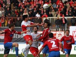 Die Sekunde der Entscheidung: Der Offenbacher Elton da Costa springt höher als die gesamte Heidenheimer Abwehr und erzielt das 1:0.