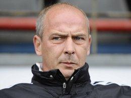Bedient: Burghausens Trainer Mario Basler nach dem 0:2.