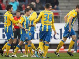 51. Minute: Eintracht Braunschweig feiert Dennis Kruppkes (li.) Tor gegen Jena.