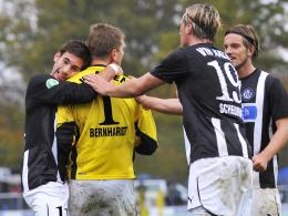 Die Aalener lieben ihren Torhüter: Daniel Bernhardt hat mit drei parierten Elfmetern vier Punkte gerettet.