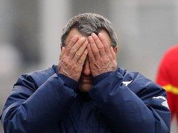 Kann nicht mehr hinsehen: Jenas Trainer Wolfgang Frank ist enttäuscht von seinem Team - besonders von Moses Sichone.