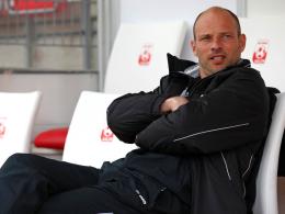 Volle Konzentration auf das Spiel gegen Saarbrücken: Ahlens Trainer Arie van Lent.