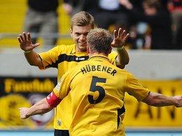 Großer Jubel: Alexander Esswein freut sich mit dem Torschützen Thomas Hübener über den spielentscheidenden Treffer.