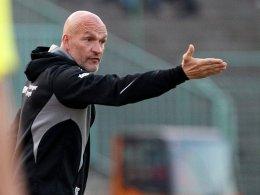Erfurts Trainer Stefan Emmerling und seine Rot-Weißen müssen Dresden den Relegationsrang überlassen.