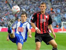 Ingolstadts Wittek (re.) kommt mit der Erfahrung von neun Zweitliga-Begegnungen nach Heidenheim. Hier beschattet er Hertha-Stürmer Domovchiyski.