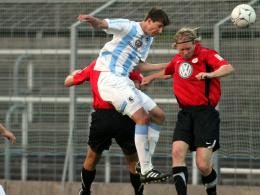Luftkampf: Markus Pazurek (li.) überzeugt durch seine Kopfballstärke.