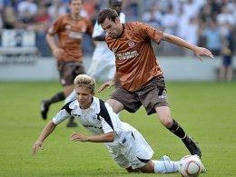 Erster Einsatz im neuen Dress: Marc Rzatkowski (Bielefeld) geht im Zweikampf mit Rouwen Hennings (St. Pauli) zu Boden.