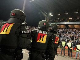 Sicherheitskräfte im Wildparkstadion