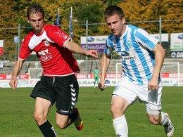 Marco Holz (li.) mit Thorben Stadler (Stuttgarter Kickers)