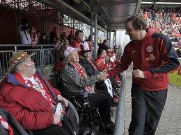 Thomas Tuchel (re.) begrüßt die eigene Anhängerschaft der Behinderten