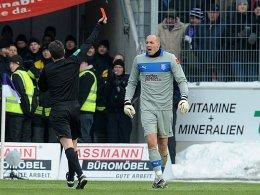 Schiedsrichter Guido Winkmann stellt VfL-Torhüter Marcus Rickert vom Platz