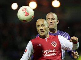 Sebastian Glasner (vorne) im Kopfballduell gegen Tobias Nickening