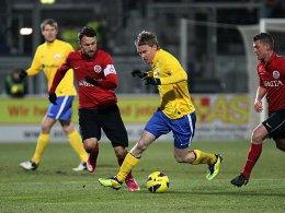 Dank Zlatko Janjic (li., gegen Leonhard Haas) gewann Wehen Wiesbaden gegen Hansa Rostock.
