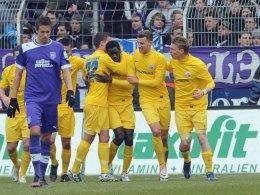 Der Rostocker Mendy (Dritter v. re.) erzielte in Osnabrück den Führungstreffer.