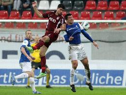 Offenbachs Stefan Kleineheismann (li.) gegen Darmstadts Marcus Steegmann.
