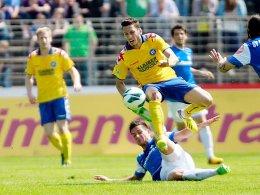 Hakan Calhanoglu (mit Darmstadts Danny Latza) erzielte den entscheidenden Treffer für den KSC.