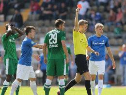 Schneller Abgang: Mustafa Kucukovic sieht in Darmstadt Rot.