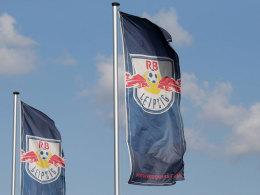 Fahnen von RasenBallsport Leipzig auf dem Vereinsgelände