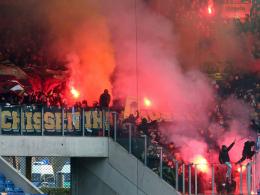 Wegen Abbrennen von Pyrotechnik bei Hansa Rostock (29.11.2014) vom Heimspiel gegen Erfurt ausgeschlossen: Die Anhänger von Dynamo Dresden.