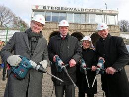 """Der obligatorische """"Spatenstich"""": U.a. Oberbürgermeister Bausewein (2.v.l.) eröffnete den Bau der neuen Arena in Erfurt."""