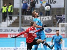 Abgehoben: Stuttgarts Braun gewinnt hier zwar das Kopfballduell gegen Junglas (li.), verlor aber das Spiel.