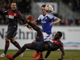 Kiels Torschütze Rafael Kazior (oben) gegen Erfurts Steve Gohouri.