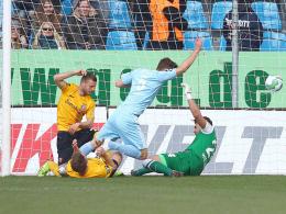 Marc Endres (Mi.) trifft zum 1:0 für Chemnitz.