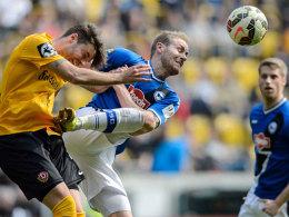 Ein folgenschwerer Tritt: Bielefelds Felix Burmeister (Mitte) wurde vom DFB-Sportgericht für drei Spiele gesperrt.
