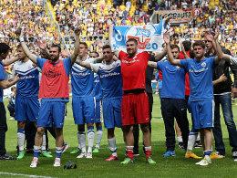 Erst Jubel, dann Zittern, dann doch wieder Jubel: der FC Hansa feiert den Klassenerhalt.