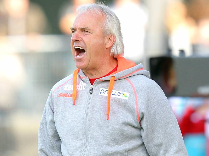 Mit seinem Team auf Kurs zum Klassenerhalt: Aalens Coach Peter Vollmann.