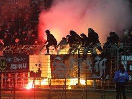 Pyrotechnik mit Folgen - in Erfurt kam es am Montag zu einem Eklat auf den Rängen.