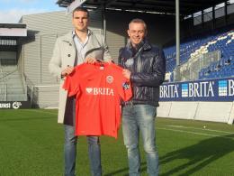 Christian Cappek (li., hier mit Sportdirektor Christian Hock) läuft nun für Wehen Wiesbaden auf.