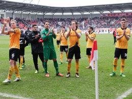 Verkniffene Gesichter nach dem Spiel: Die Dynamo-Akteure nach dem 0:0 in Halle.
