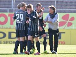 M�nsters Trainer Horst Steffen (re.) und seine Spieler jubeln �ber einen der Treffer von Marcel Reichwein.